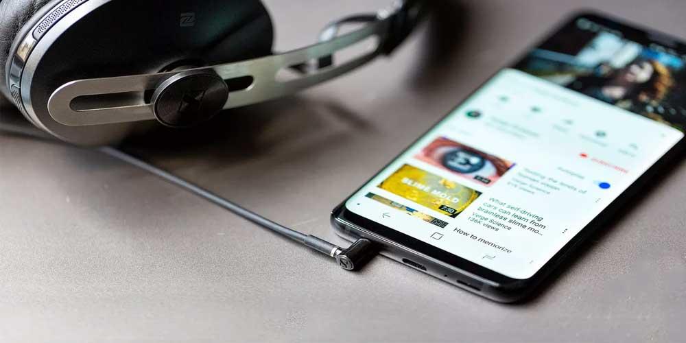 Plug and Unplug the headphones